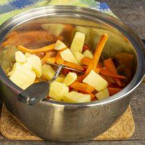 Кладём картофель и морковку в кастрюлю, наливаем 1.5-2 литра кипятка, доводим до кипения