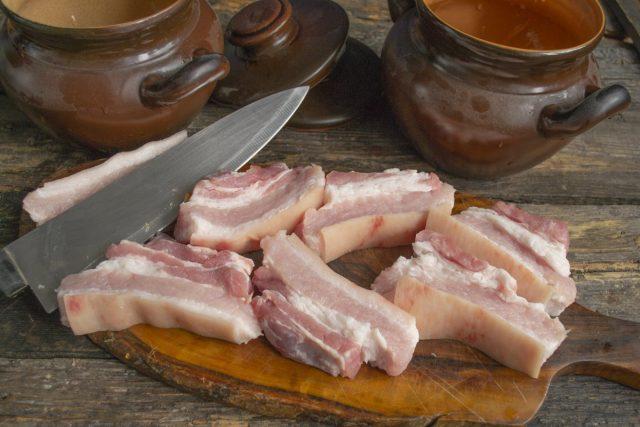 Нарезаем свиную грудинку ломтиками толщиной 1.5 сантиметра