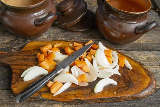 Нарезаем лук перьями, а морковь — крупными кубиками