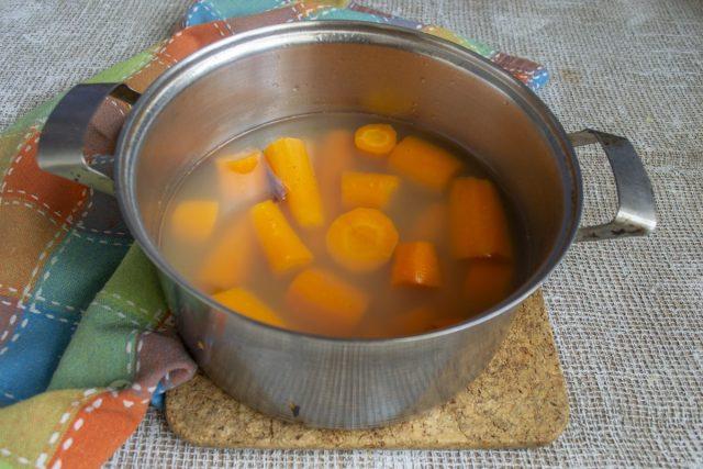 Варим нарезанную морковь 15 минут после закипания