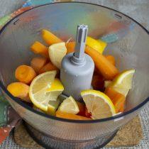 Лимон и морковь отправляем в блендер