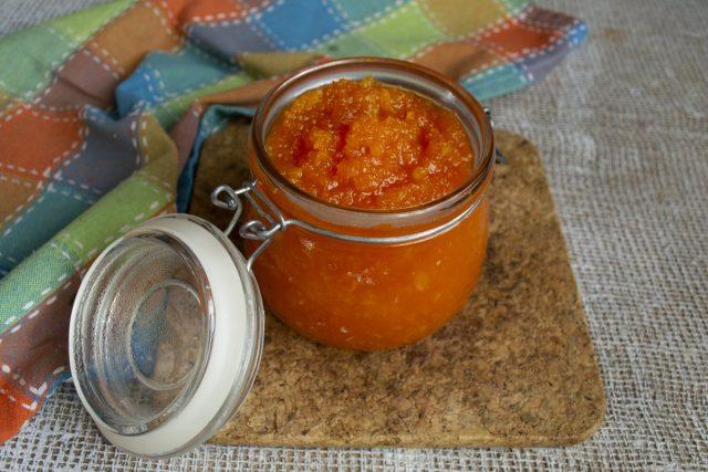 Готовое варенье из моркови с лимоном фасуем и закрываем