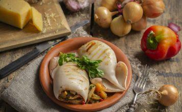 Кальмары, фаршированные овощами и сыром