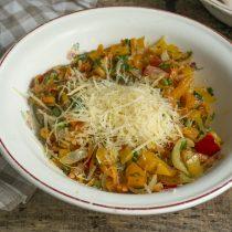 Выкладываем овощи в миску, добавляем тёртый пармезан, перемешиваем