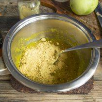 Снимаем сотейник с плиты и насыпаем горчичный порошок