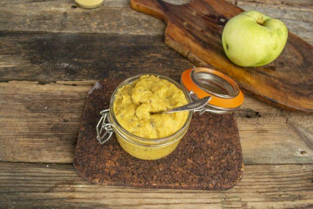 Перекладываем яблочную горчицу в чистую сухую банку, закрываем и оставляем созревать