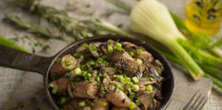 Ароматные куриные колбаски в соусе с грибами и баклажанами