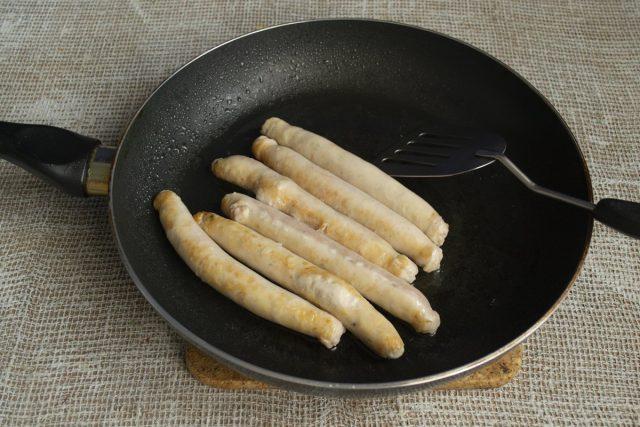 Обжариваем куриные колбаски