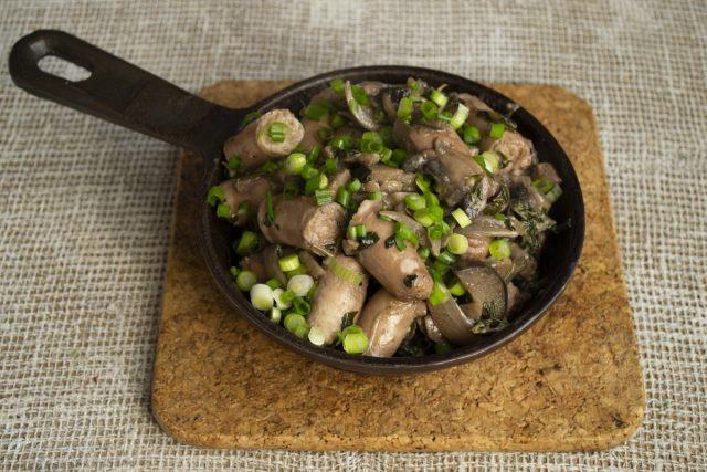 Ароматные куриные колбаски в соусе с грибами и баклажанами готовы