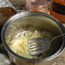 Томим лук 5 минут, увеличиваем нагрев, обжариваем лук до карамельного цвета