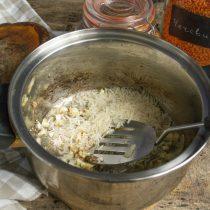 Через пол минуты кладём в кастрюлю рис