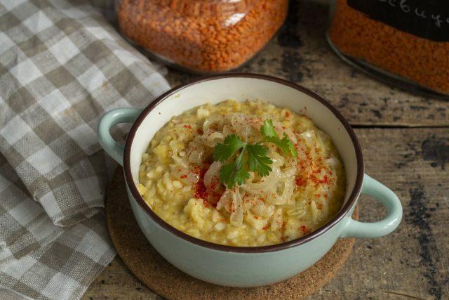 Густой чечевичный суп с рисом готов