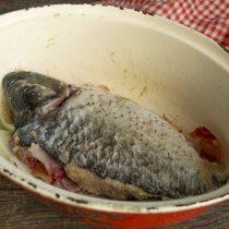 На рыбьи кости кладём карпа, голову, добавляем специи