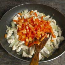 Добавляем нарезанный болгарский перец к курице и луку