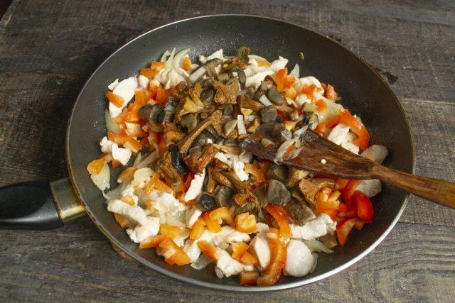 Кладём нарезанные грибы в сковородку, перемешиваем, готовим на среднем огне 10 минут