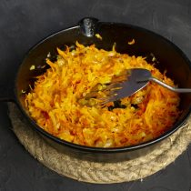Обжариваем лук и морковь на умеренном огне 15 минут