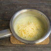 Добавляем тёртый пармезан или любой другой пикантный сыр