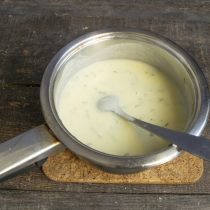 Перемешиваем суп, возвращаем кастрюлю на плиту и прогреваем