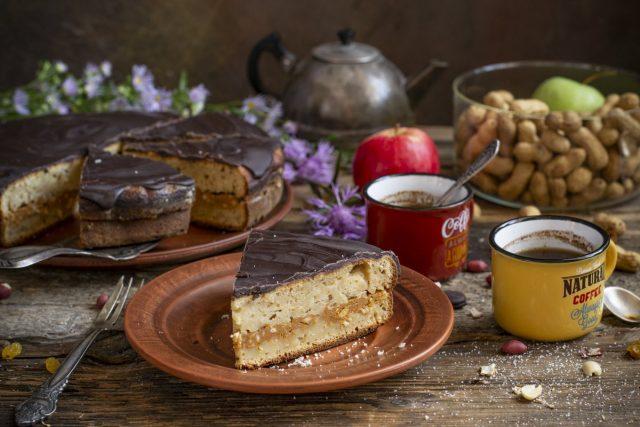 Необычный пирог с яблоками и сухофруктами