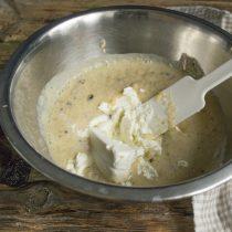 Перекладываем сухофрукты с йогуртом и сахаром в миску, добавляем творог