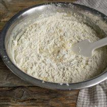 Смешиваем с содой и разрыхлителем муку, просеиваем в тесто и перемешиваем