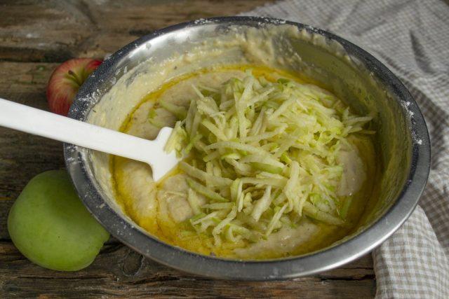 Добавляем растопленное сливочное масло и натёртые яблоки