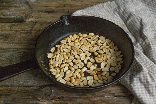 Очищенный арахис подрумяниваем до золотистого цвета
