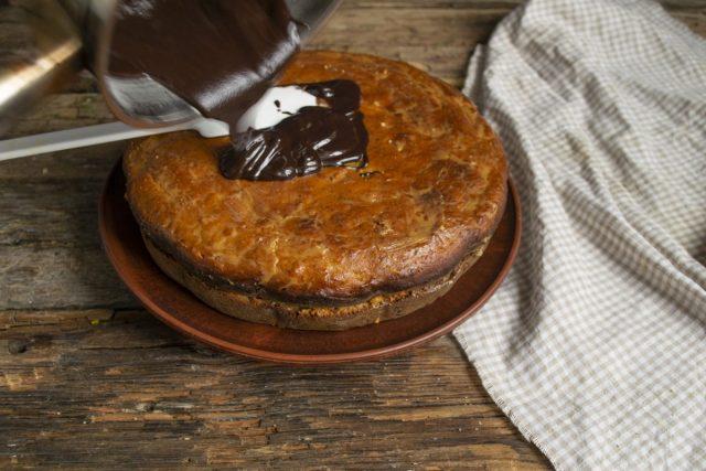Поливаем пирог растопленной шоколадной глазурью