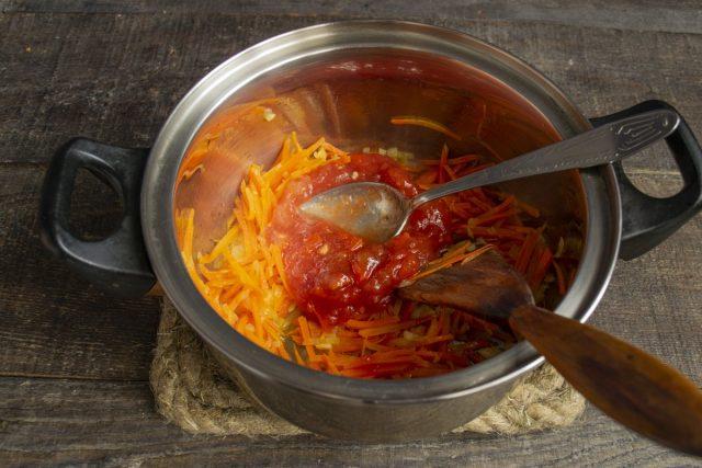 Тушим овощи с томатным пюре 5 минут на умеренном огне