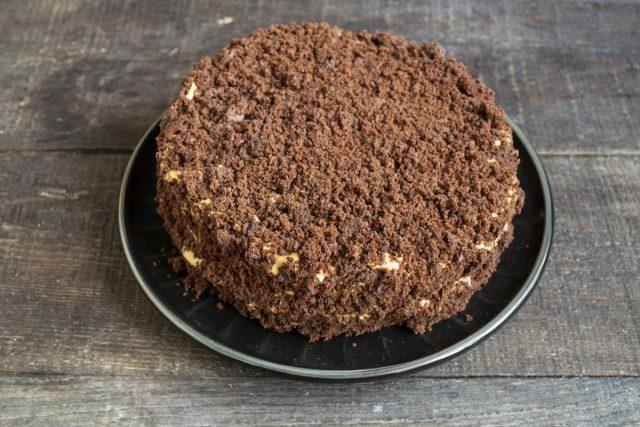 Собираем шоколадный торт на кефире со сметанным кремом. Готово!