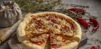 Толстая домашняя пицца из дрожжевого теста с колбасой