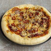 Отправляем пиццу в разогретый духовой шкаф на 20 минут