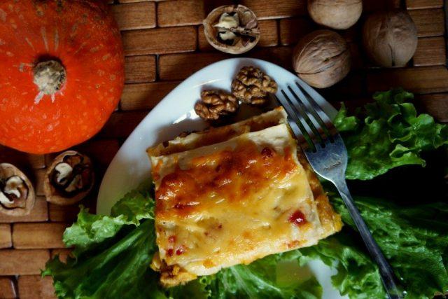 Вегетарианская лазанья с тыквой и грецкими орехами готова