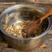 Перекладываем обжаренные маслята с луком в кастрюлю