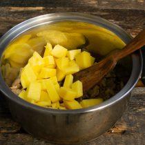 Картофель очищаем, режем кубиками, кладём в кастрюлю