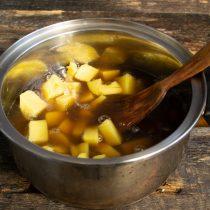 Наливаем грибной бульон, солим и доводим до кипения. Готовим на тихом огне около 20 минут