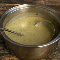 Наливаем в кастрюлю жирные сливки, перемешиваем. Прогреваем суп несколько минут