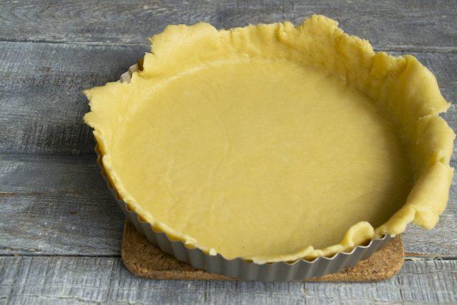 Раскатываем тесто и кладём в форму