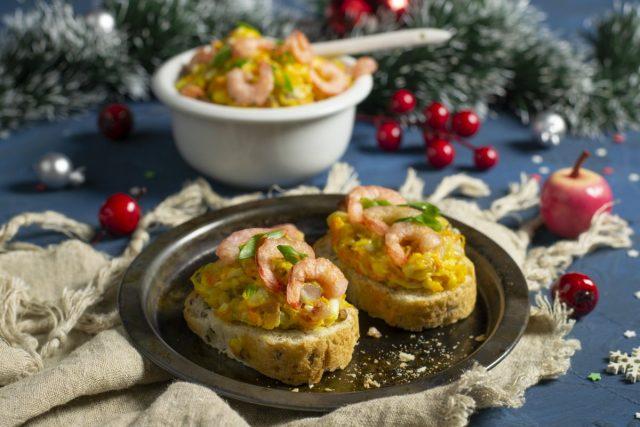 Брускетты с креветками и селёдочным салатом — две закуски сразу