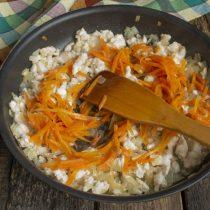 Жарим курицу с луком 5 минут, затем добавляем морковку