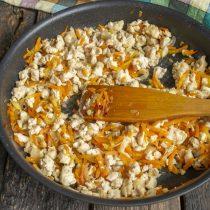Готовим овощи с курицей ещё 10 минут, солим и перчим