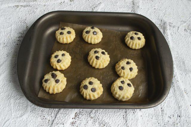 Выпекаем печенье в духовке примерно 10 минут