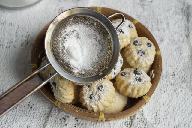 Песочное печенье на майонезе с шоколадными каплями готово