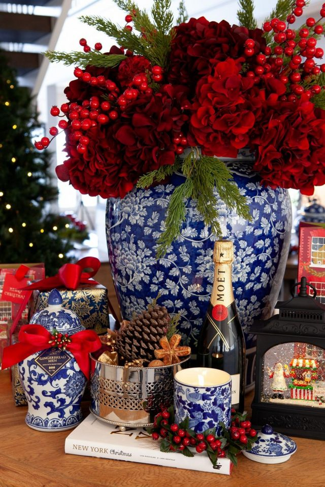 Новогодний букет с красными цветами