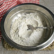 Смешиваем в миске пшеничную муку с пекарским порошком