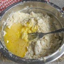 Охлажденное масло перетираем с мукой, добавляем взбитое с сахаром и солью яйцо
