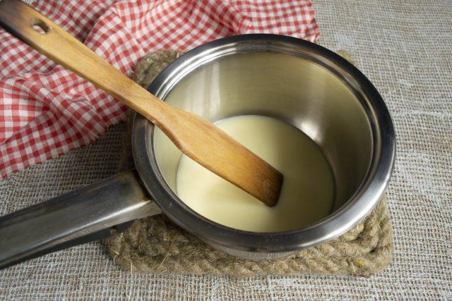 Растапливаем белый шоколад на водяной бане, остужаем до 27 градусов