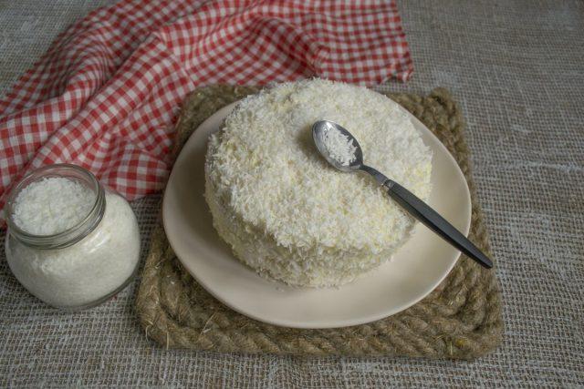 Покрываем бока и верх торта кремом, затем посыпаем кокосовой стружкой