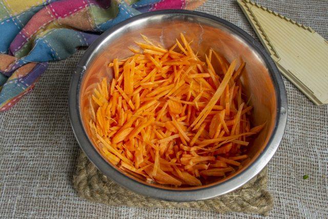 Шинкуем морковку