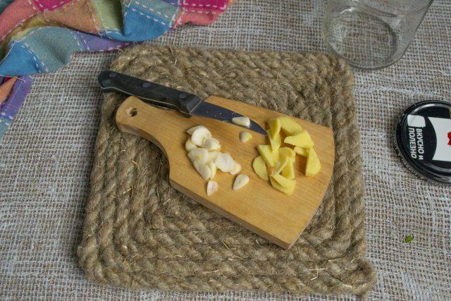 Нарезаем чеснок и имбирь